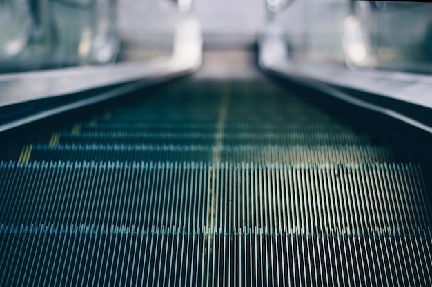 Fermer les escalators mécaniques pour les personnes de haut en bas accès détail