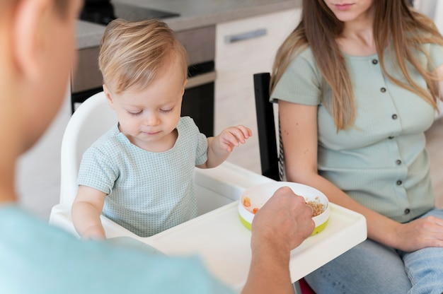 Fermer la famille avec enfant en bas âge