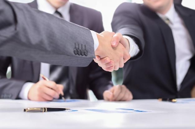 Fermer. forte poignée de main des partenaires financiers. concept d'entreprise.