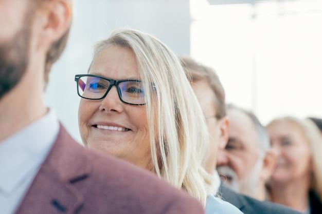 Fermer. gens d'affaires souriants debout dans une rangée. concept d'entreprise
