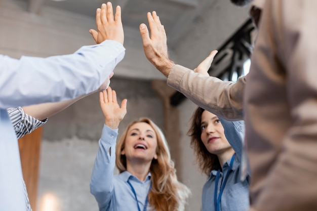 Fermer les gens avec les mains levées