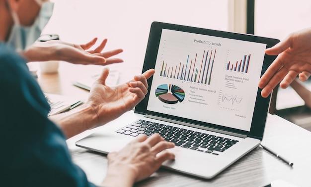 Fermer. groupe d'employés discutant des données financières. les gens et la technologie.