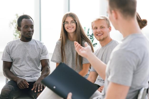 Fermer. groupe de jeunes discutant de leurs idées. affaires et éducation