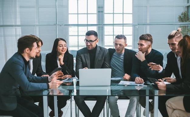 Fermer. le groupe de travail travaille avec les documents financiers au bureau.
