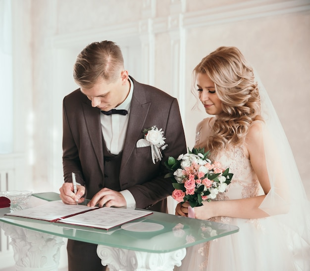 Fermer. l'heureux couple en signant un contrat de mariage. jours fériés et événements
