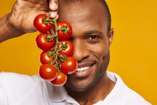 Fermer. heureux homme afro-américain est titulaire.