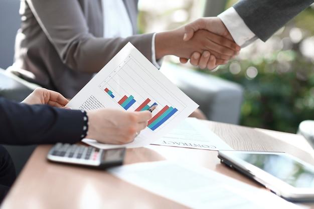Fermer. l'homme d'affaires considère le profit financier du nouvel accord.