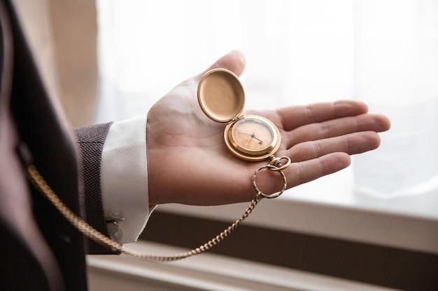 Fermer. homme d'affaires regardant sa montre. concept d'entreprise