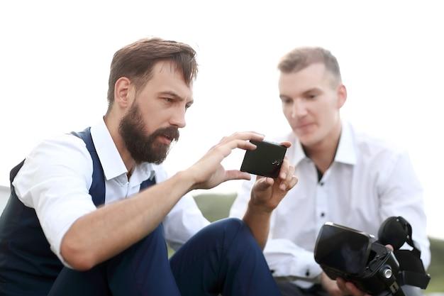 Fermer. homme moderne prenant des selfies à l'extérieur. les gens et la technologie
