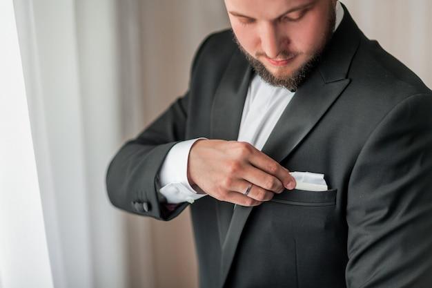 Fermer. homme sérieux boutonnant sa veste. réunion importante