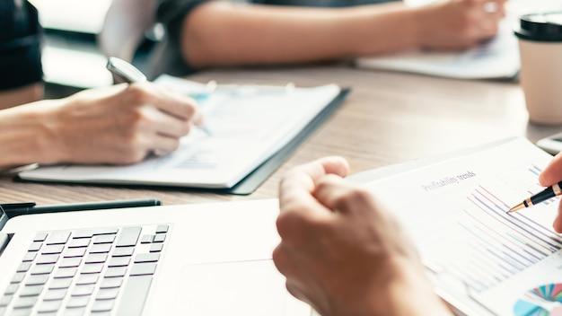 Fermer. image de documents financiers sur le bureau. concept d'entreprise.
