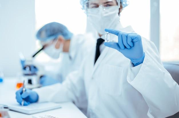 Fermer. image de fond d'un scientifique enregistrant les résultats des tests dans un journal de laboratoire. photo avec un espace de copie.