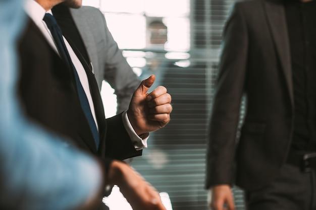 Fermer. image d'un groupe de gens d'affaires dans un bureau moderne