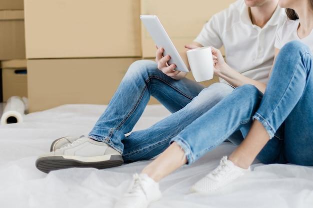 Fermer. jeune couple, faire des commandes dans une boutique en ligne