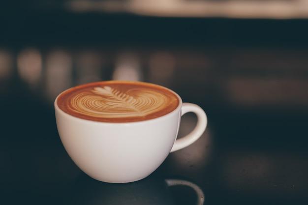 Fermer la main de barista faisant une tasse de café.