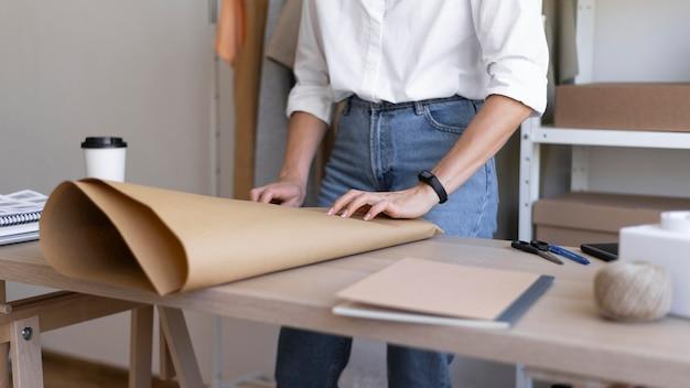 Fermer les mains à l'aide de papier d'emballage