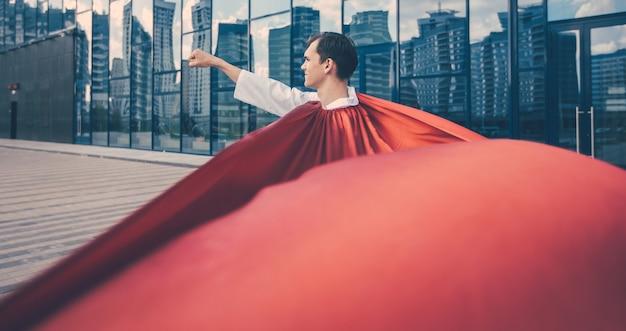 Fermer. médecin de super-héros est prêt à aider. photo avec une copie de l'espace.