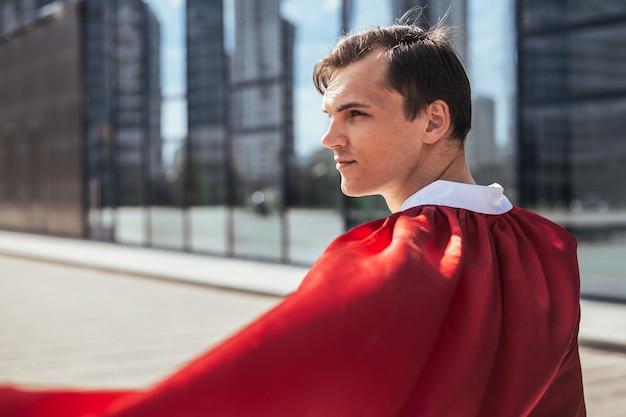 Fermer. médecin de super-héros regardant une rue de la ville. photo avec une copie de l'espace.