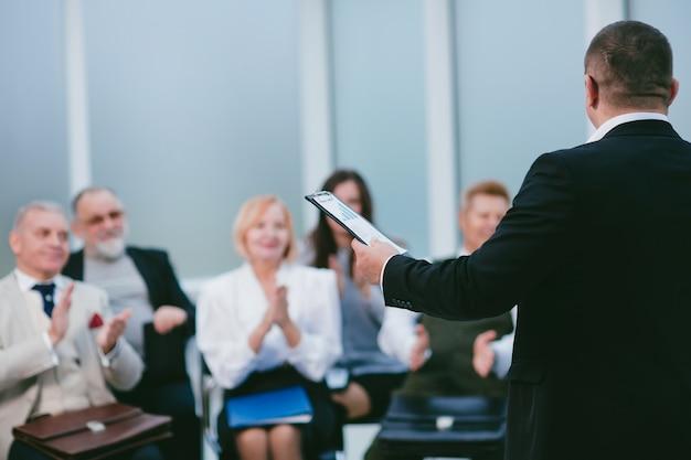 Fermer. l'orateur faisant un rapport aux employés de l'entreprise