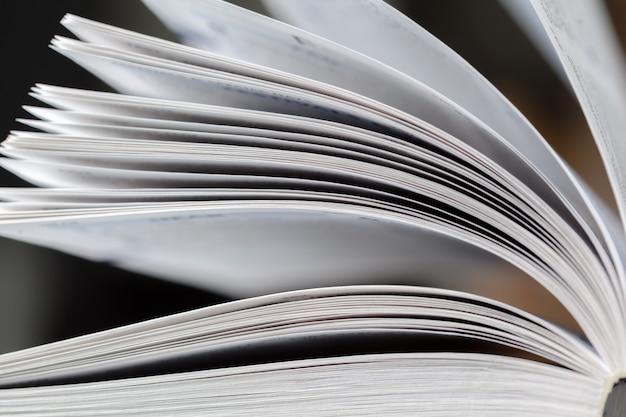 Fermer la page du livre ouvert avec flou