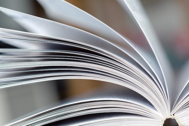Fermer la page du livre ouvert
