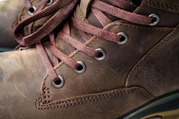 Fermer. partie des chaussures pour hommes en cuir marron d'hiver. achetez de belles chaussures modernes pour les voyages et le tourisme. les lacets