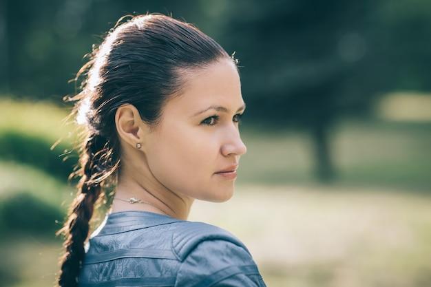 Fermer. portrait d'une belle jeune femme sur fond de nature.