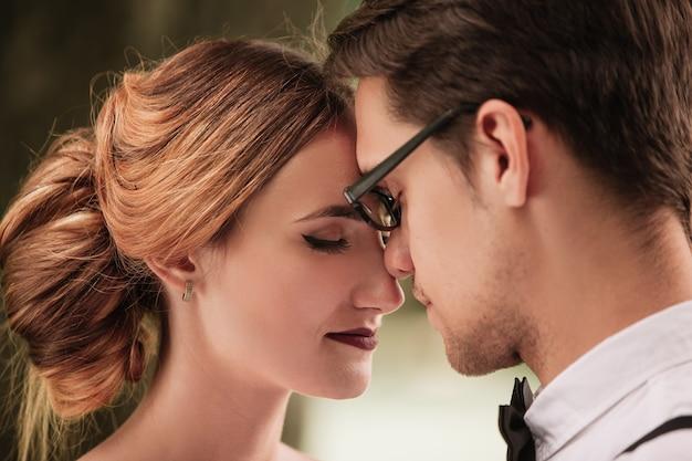 Fermer. portrait de la mariée et le marié se regardant