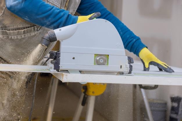 Fermer le processus de coupe de la scie circulaire à main aux coupes de porte en bois