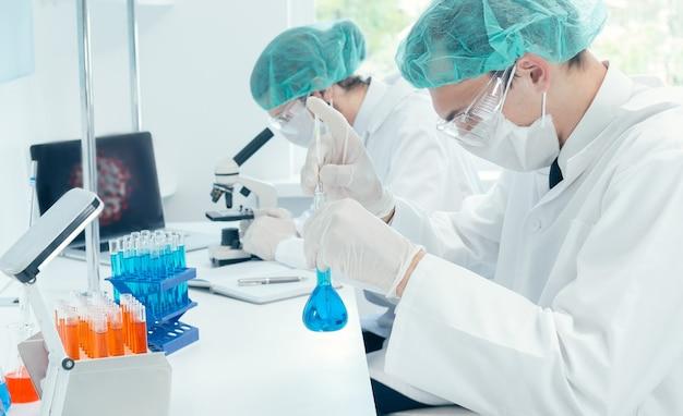 Fermer. les scientifiques travaillent au développement de nouveaux vaccins. photo avec copie - espace.