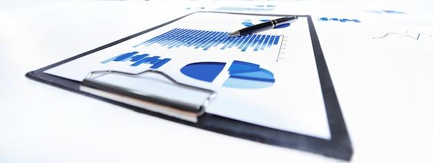 Fermer. stylo et tableau financier sur le bureau. concept d'entreprise.