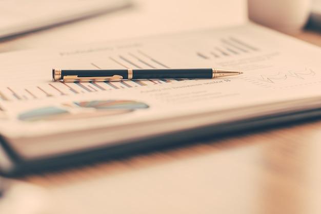 Fermer. tableau financier sur le bureau 24. fond d'affaires