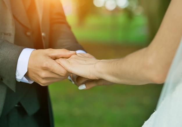 Fermer ups des mains des jeunes mariés