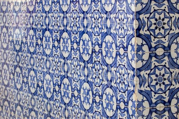 Fermer la vue en détail du coin d'un immeuble avec des azulejos portugais.