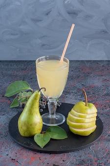 Fermer la vue du jus de poire avec des fruits frais biologiques