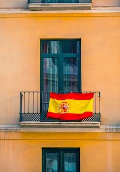 Fermer la vue de la façade avec des fenêtres et des drapeaux espagnols.