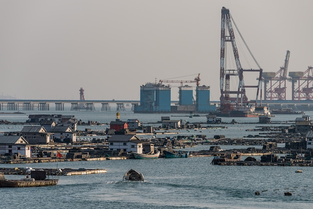 Fermes piscicoles et équipements d'exploitation dans le port
