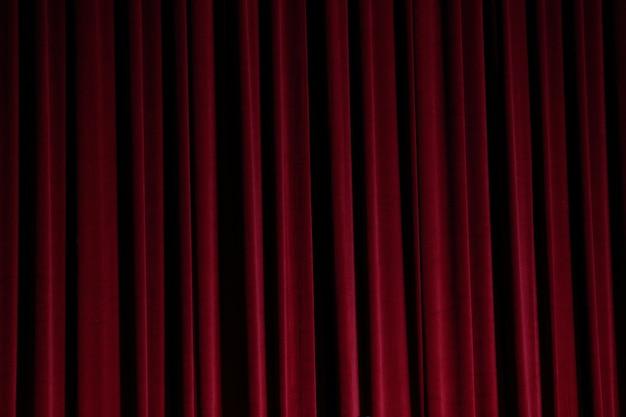 Fermeture du rideau rouge avant le début du théâtre