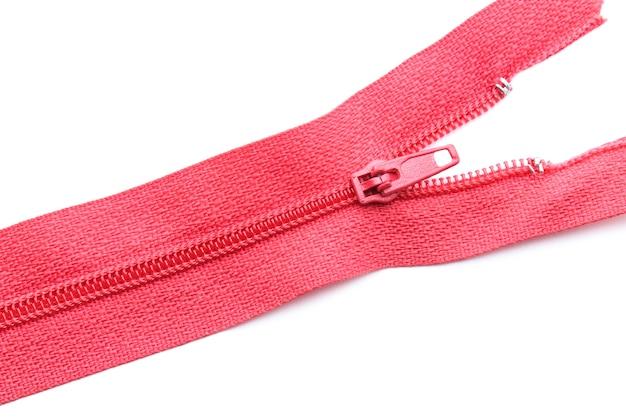 Fermeture éclair rouge gros plan isolé sur blanc