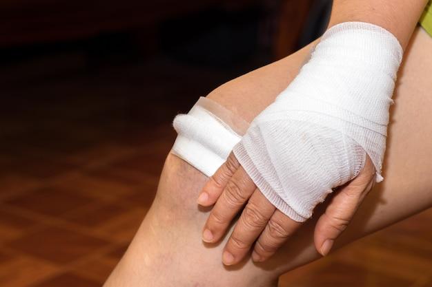 Fermeture de la plaie en tissu sur les cloques de sang