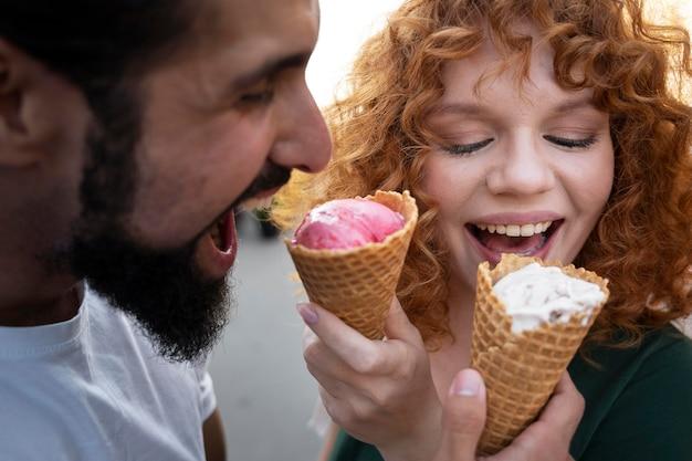 Fermez les amis avec de la crème glacée
