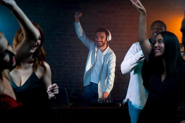 Fermez les amis dansant ensemble