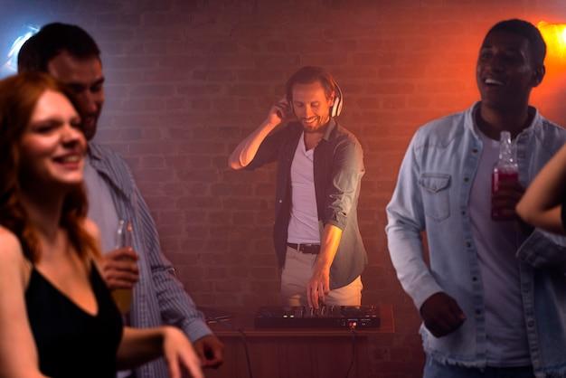 Fermez les amis et dj au club