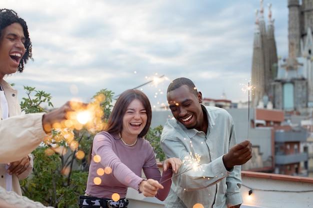 Fermez les amis heureux avec des feux d'artifice