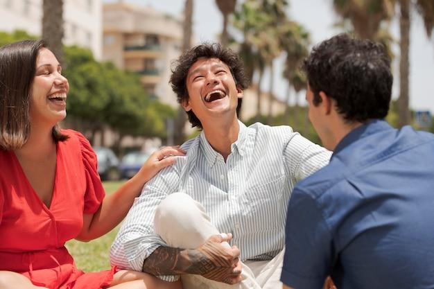 Fermez les amis heureux en riant