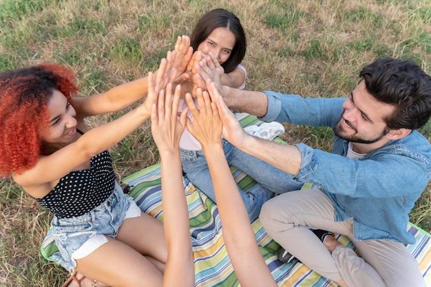 Fermez les amis avec les mains en l'air