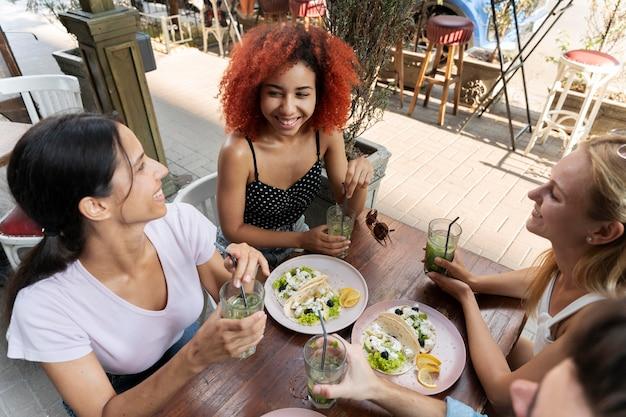 Fermez les amis avec de la nourriture délicieuse