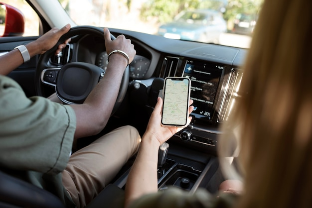 Fermez les amis avec le téléphone dans la voiture