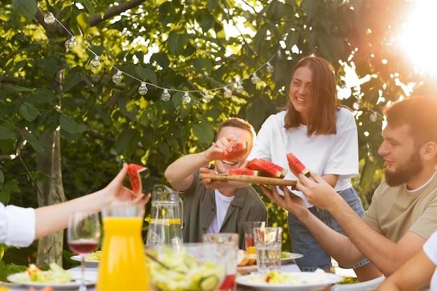 Fermez les amis avec des tranches de pastèque