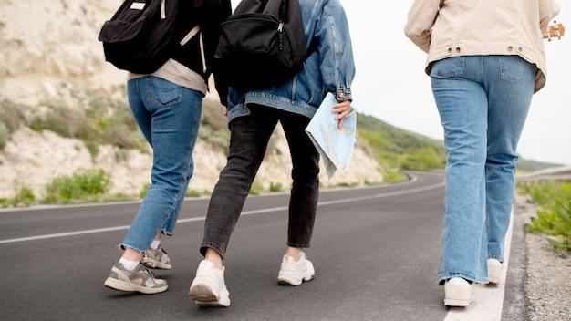Fermez les amis voyageant avec la carte